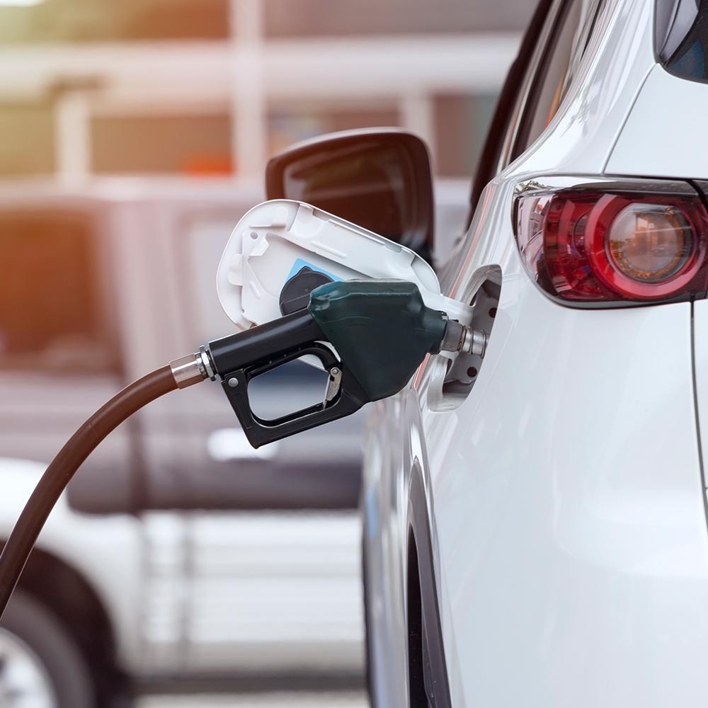 carro-sendo-abastecido-com-combustível