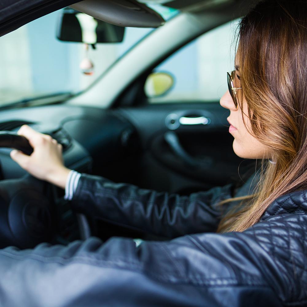 mulher-dirigindo-seu-praticando-direção-preventiva