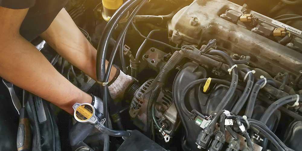 mecânico-realizando-manutenção-em-carro-lembrando-a-troca-de-óleo