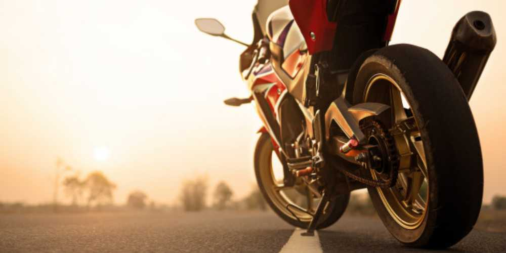 moto-vermelha-estacionada-a-beira-da-estrada