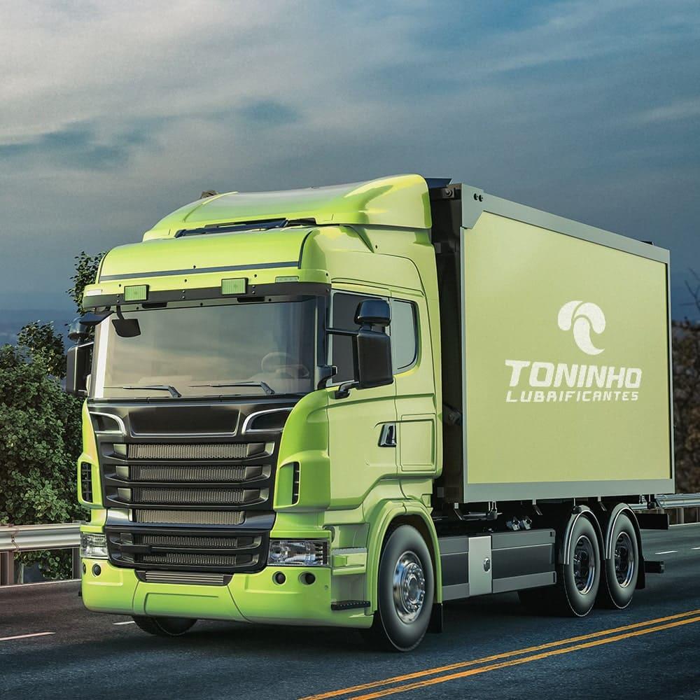 foto-de-caminhão-verde-com-logotipo-do-toninho-lubrificantes-na-estrada