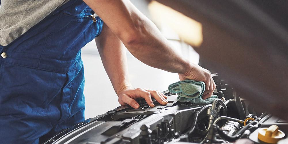 mecânico-abrindo-capô-de-carro-para-usar-condicionador-de-metais