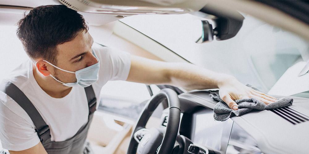 homem-passando-pano-na-parte-de-dentro-do-carro-para-evitar-mofo-no-carro